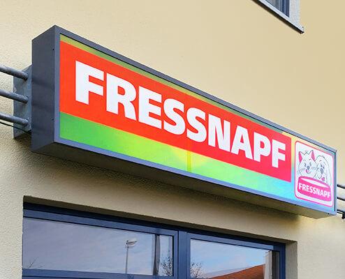 Lichtwerbung-Lichtkasten-mit-Scheibe-Fressnapf-495x400